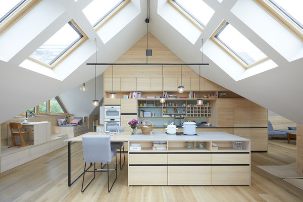 Dachgeschoss-Küche in Weisstanne