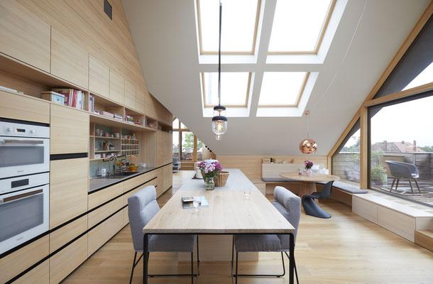 Kücheninsel mit Tischverlängerung, im Hintergrund der Esstisch in Eiche