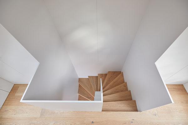 Treppe mit lackierten Flächen - Stufen in Eichenparkett