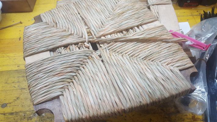Sitzfläche mit Binsen neu geflochten