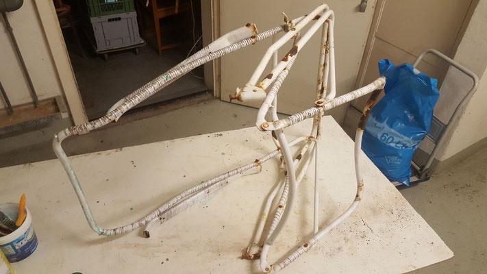 Liegestuhl aus Metall, ziemlich angerostet
