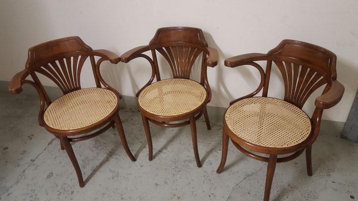 Schönes Dreier-Set der über 100 Jahre alten Thonet-Stühle.
