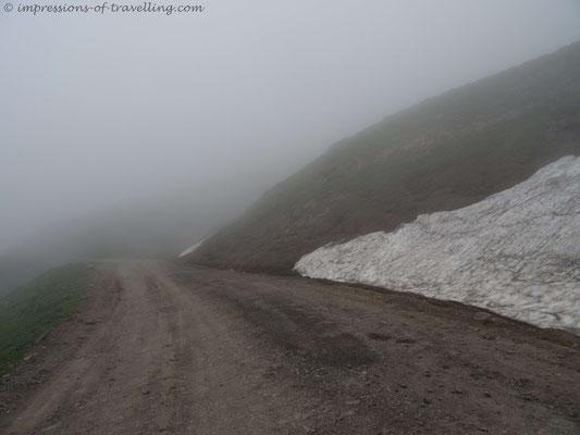 Nebel und Schneereste am Goderdzipass