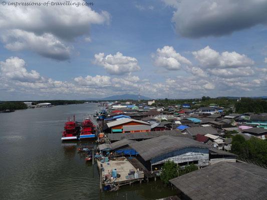 Fischerdorf in einem Fluss in Thailand