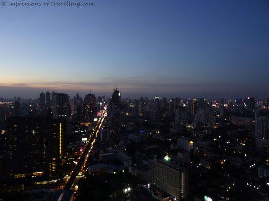 Blick über Bangkok bei Nacht