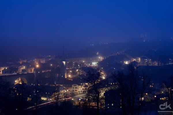 Bern in der blauen Stunde im Nebel...