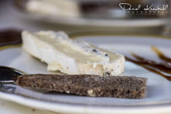 Getrüffelter Brie, frischer Tannenwipfelhonig