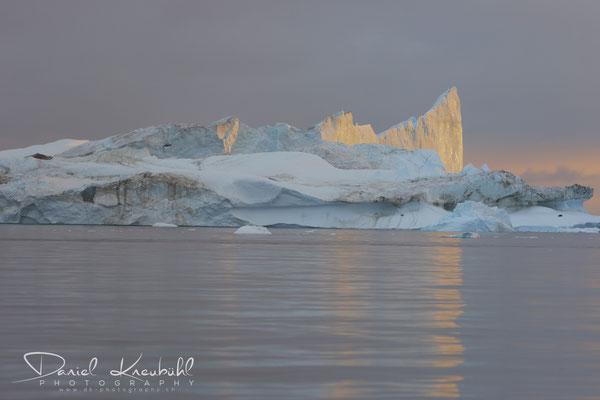 Gigantischer Eisberg bei Sonnenuntergang am Icefjord Ilulissat