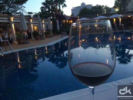 Ein gutes Glas Wein gehört dazu - und die Weinkarte ist endlos lang...