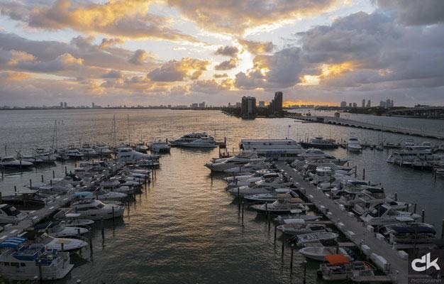 Morgenstimmung am kleinen Hafen vor dem Marriott Hotel
