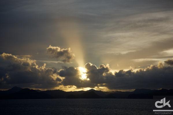 Wie ein Scheinwerfer drückt die Sonne über St. Lucia