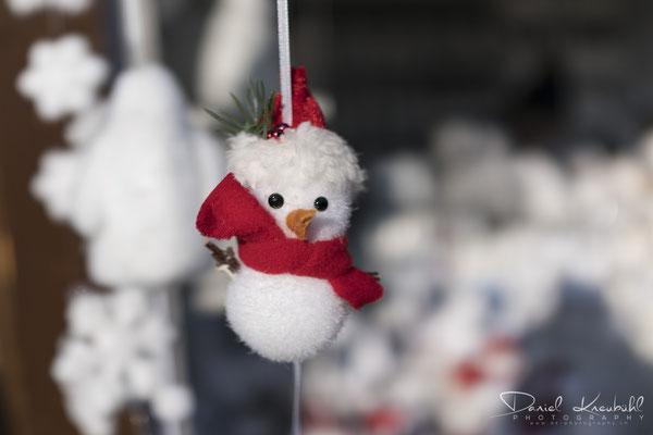 Schneemann auf dem Weihnachtsmarkt auf dem Rathausplatz in Wien