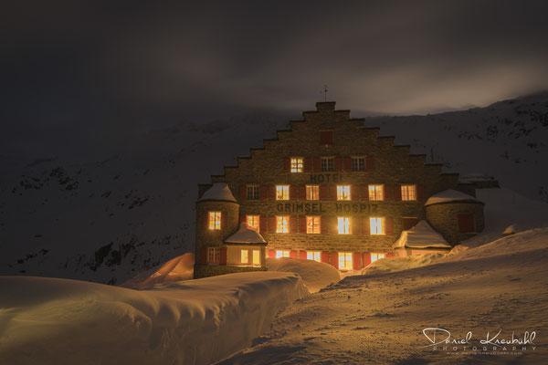 KW5: Das Grimsel Hospiz in einer wunderschönen Langzeitbelichtung (25 Sek.) mit 2.5 Meter Schnee; aufgenommen mit der Nikon D850