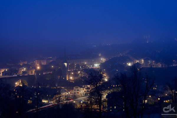 Blaue Stunde im nebligen Bern (Dezember 2016, Schweiz)