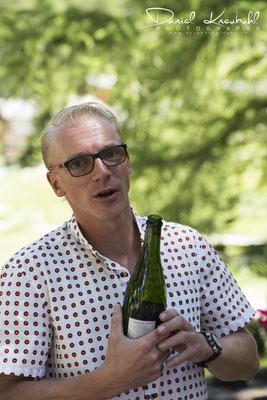 David erläutert den prinkelnden Wein