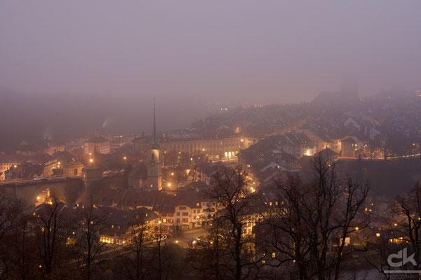 Bern in der goldenen Stunde im Nebel...