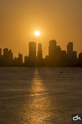 langsam senkt sich die Sonne in die Skyline