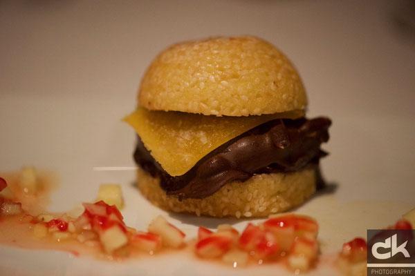 """Schoggimousse mit Mandelbiscuit à la """"Hamburger"""""""
