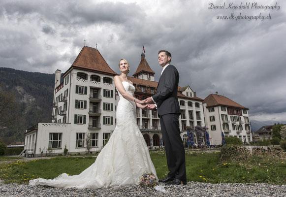 Das Brautpaar vor dem Hotel