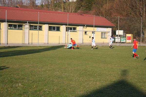 Marco Peter krallt sich den Ball