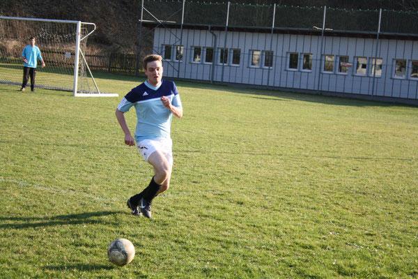 Fabian Freudenstein holt sich den Ball