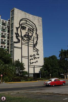 Havanna - Plaza de la Revolución - Platz der Revolution - Innenministerium mit Che Guevaras Konterfei