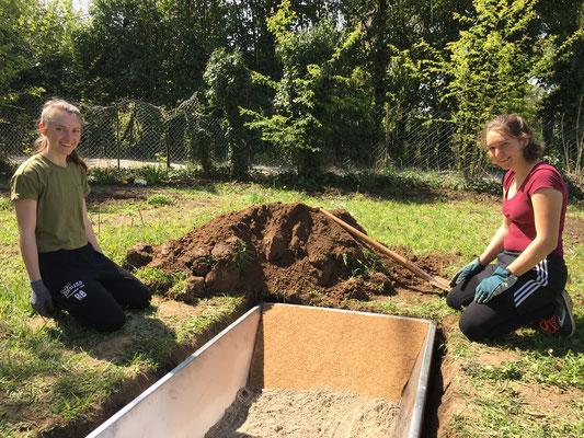 In die Amphibienwanne wird zunächst Sand eingefüllt (Dagmar Schülke)