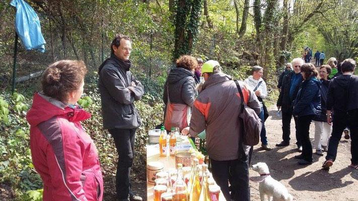 Auf Einladung vom BUND hat der Augustenbühl e.V. beim Blütenwegfest an der BUND-Wiese Apfelsaft verkauft, April 2019 (BUND Dossenheim)