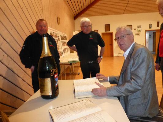 Werner Raab studiert alte Schriftführerbücher