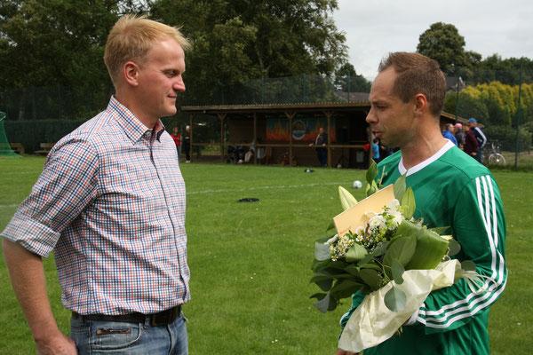 Dirk Holthusen, Geschäftsführer der M. Hölting GmbH in Burweg, hat den Spielern die neuen Trikots spendiert. Die Mannschaft bedankte sich bei Ihrem Sponsor mit einem Blumenstrauß.