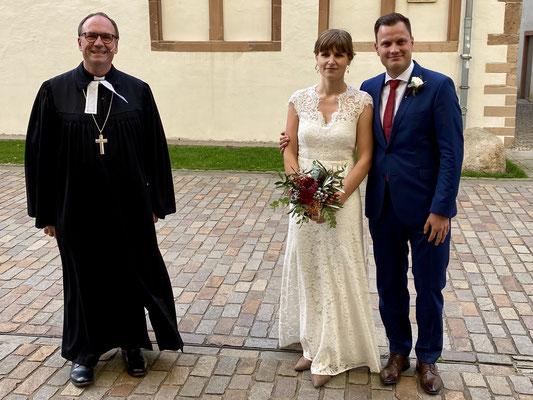 Jonathan und Sarah Schumacher, geb. Güttge, mit Superintendent Dr. Lange am 24.10.2020