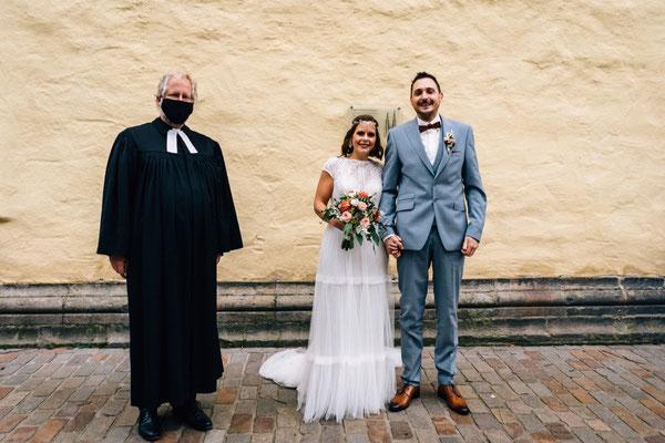 Tobias Lemke und Ronja Ludwig-Lemke, mit Pfarrer Erichsmeier am 16.10.2020
