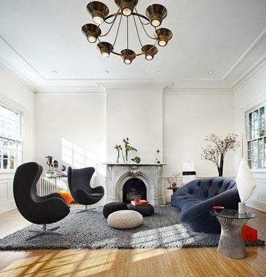 Deux exemples à suivre de décoration qui mettent en avant le fauteuil oeuf Jacobsen. Un salon très lumineux ici avec un thème vintage et design