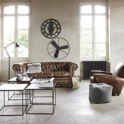 Décoration très minimaliste pour ce salon, canapé Chesterfield et fauteuil Club