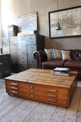 Salon d'inspiration industriel : canapé Chesterfiel et meubles de métier