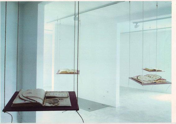 Buchinstallation mit 5 Holzschaukeln, 2000