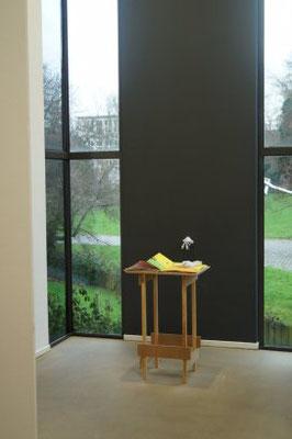 """""""Eine Hommage an die Alchemie"""", Buch auf Podest, Lehmbruck Museum, Duisburg, 2016"""