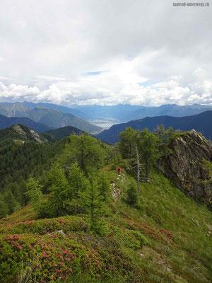 Abstieg über Grat mit Blick auf Lago Maggiore