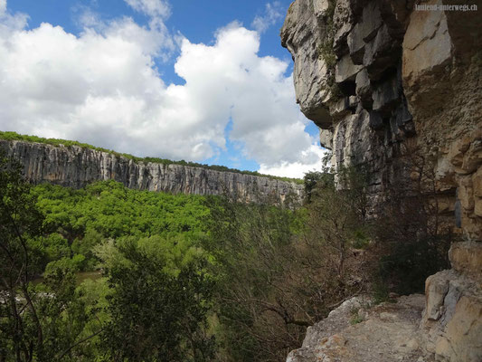 Überhängende Felswand, wo der Weg darunter durchführt