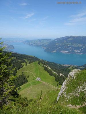 Steiler Abstieg vom Morgenberghorn in Richtung Brunnihütte - Blick auf die Brunnihütte