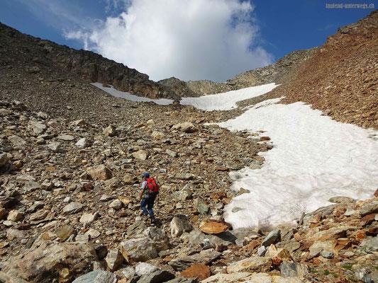 Aufstieg durch Schneeferlder kurz vor dem Sustenjoch