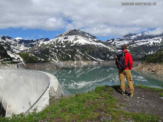 Blick auf den Lac d'Emosson mit der Staumauer