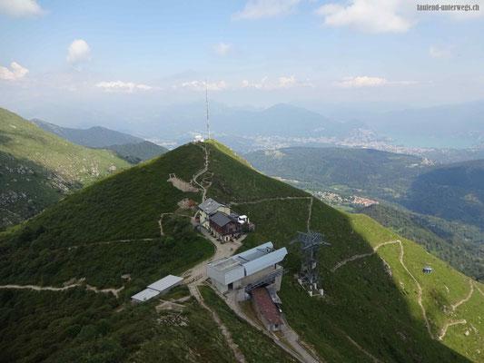 Blick auf das Restaurant Monte Lema und die Sternwarte