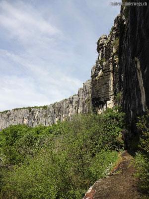Der Weg führt entlang der Klippen