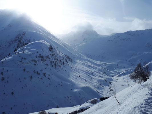 Blick von Tschamut in die vom Wind gezeichneten Bergspitzen um das Maighelstal