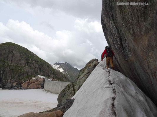 Letztes Stück zur Staumauer Vieux Emosson mit der schneegefüllen Scharte