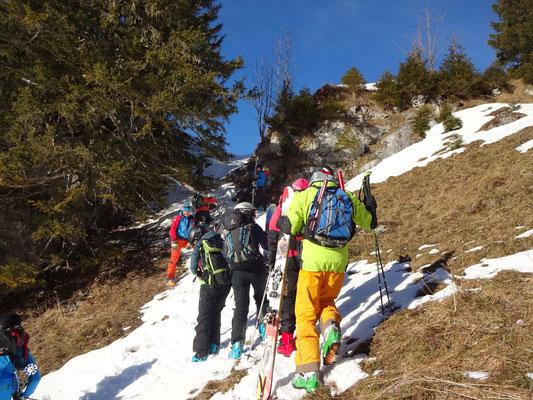 Skier ab und hoch über Obers Loch