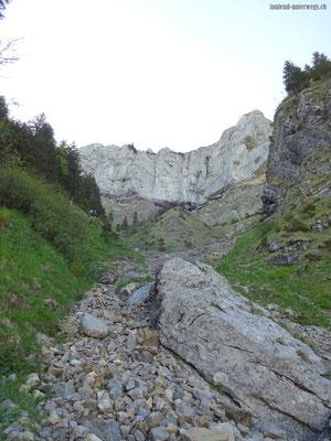 Aufstieg in Richtung Felswand