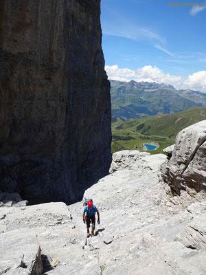 Klettersteig Rotstock - Blick zurück an die senkrechte Wand und den Speichersee