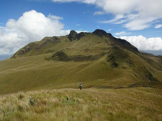 Vulkan Fuya Fuya im Hintergrund mit West- und Ostgipfel